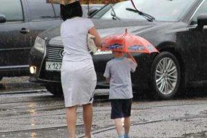 Маленькие дети под дождем