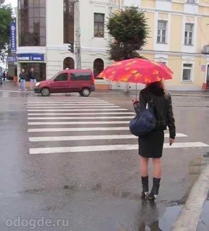Девушка под дождём спешила к свободе