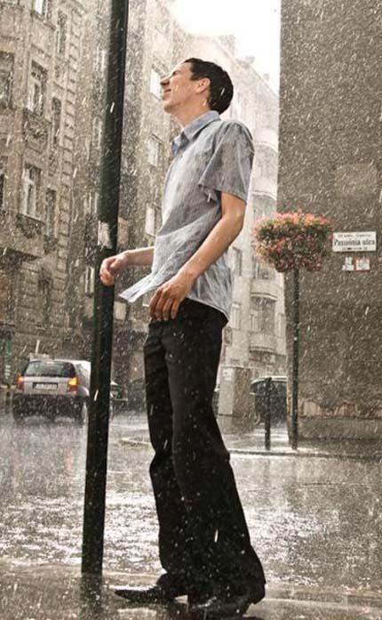 Человек стоит под дождём
