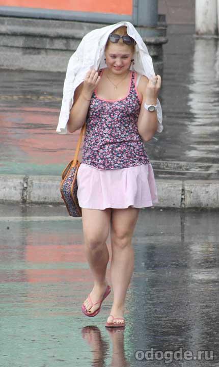 Капельки дождя падали ей на плечи