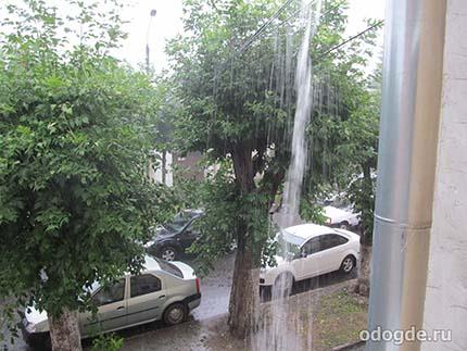 лил сумасшедший дождь