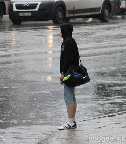 Парень под  осенним дождем