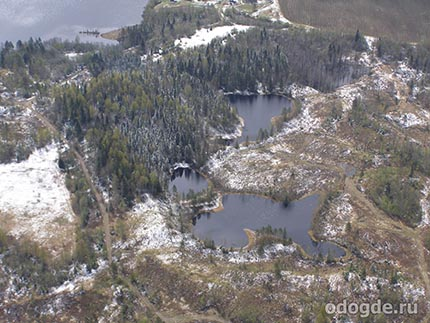 лесное озеро осенью, когда дождь и снег