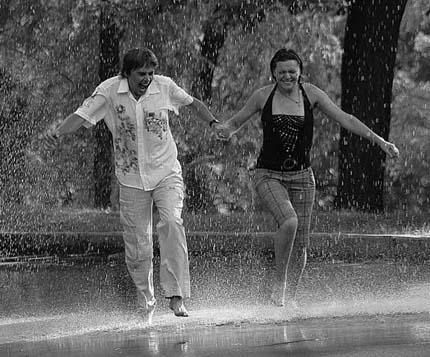 дождь сближает