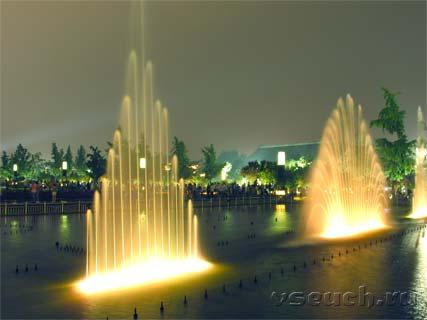 Фото фонтана на площади у Пагоды Большого Гуся. Сиань, КНР